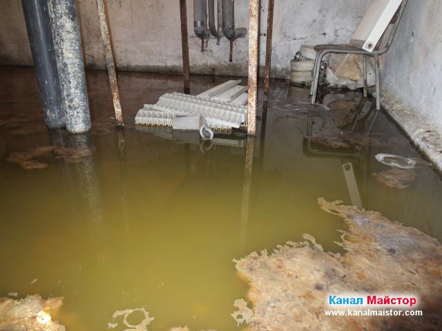 Високо ниво на водата в наводненото помещение поради запушената канализация
