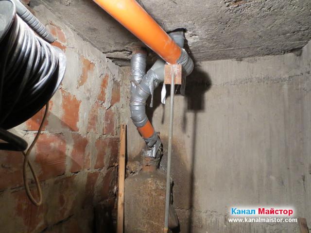 Запушен вертикален щранг в мазе, облепен с тиско