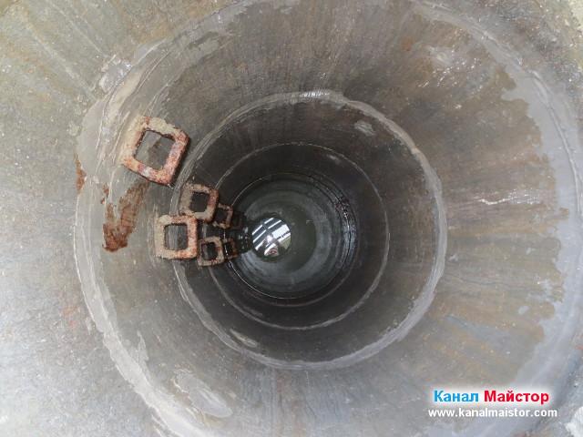 Водата в шахтата е високо, тъй като канала е запушен