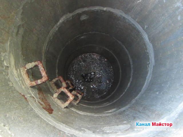 Водата в шахтата е спаднала, след отпушване на канала