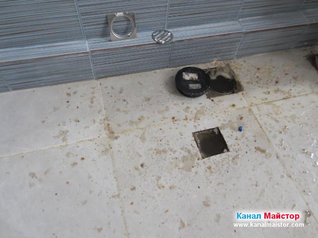Ревизионен отвор и сифон на пода на банята