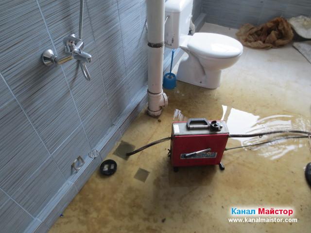 Запушеният канал връща вода в банята