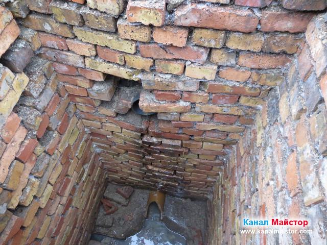 В шахтата се вижда тръбата, която идва от банята на детската градина