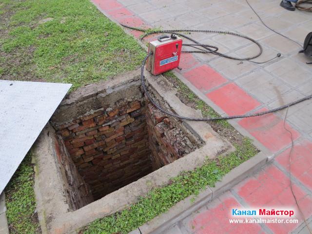 Машината за отпушване на канали до канализационната шахта