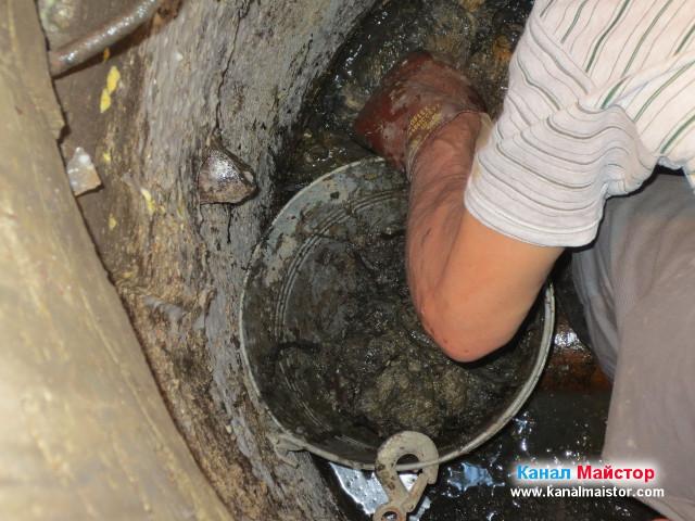 Почистване на ревизионната шахта от боклуци