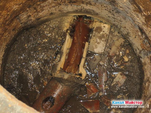 Близък план на почистената канализационна шахта