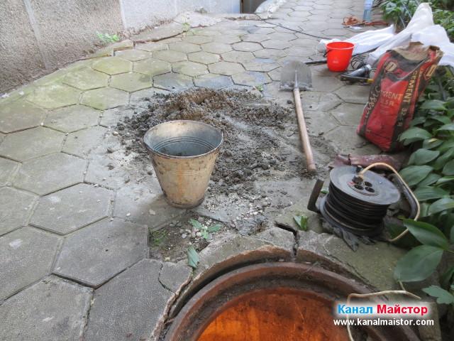 Останалият бетон след ремонта на пода на шахтата
