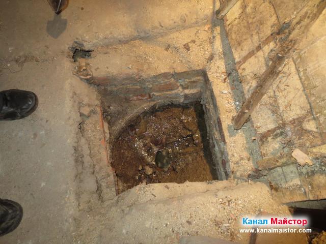 Това е шахтата, която е след предишната, от която отпушвахме и която е преди външната шахта намираща се до блока