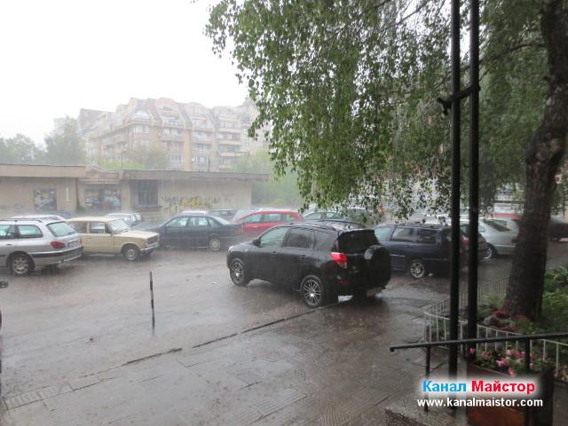 По време на отпушване на канала и след това валеше силен проливен дъжд