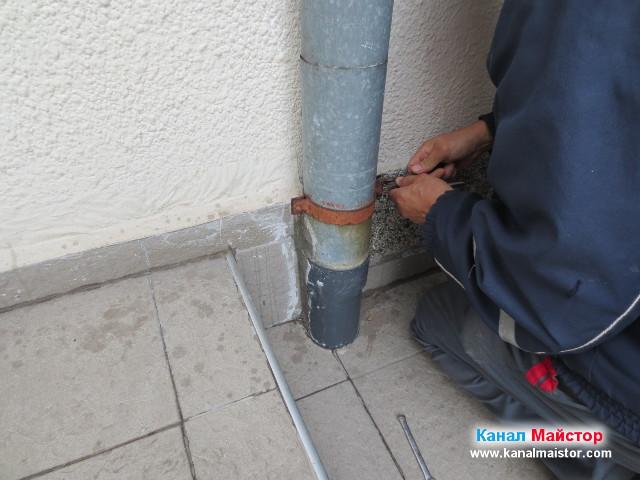 Сваляне на скобата на водосточна тръба, за да можем да вкараме спиралите за отпушване на канали