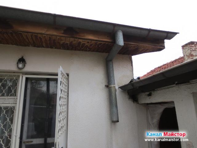 Изглед към покрива на вече свалената водосточна тръба