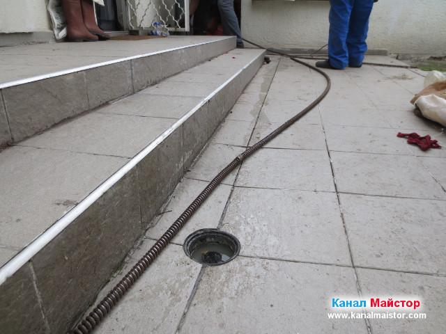 Спиралата постепенно влиза в канализацията