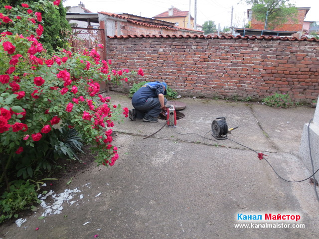 По време на отпушването на канализацията
