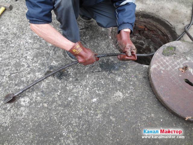 Почистване на спиралата за отпушване на канали