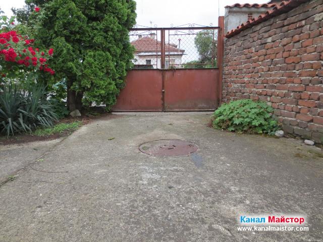 Поглед към ревизионната шахта в двора на къщата, след отпушване на канала