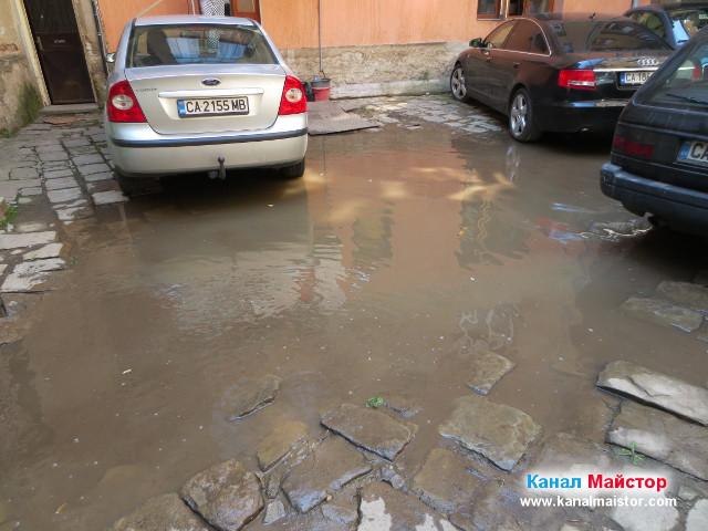 Голяма локва вода поради запушен дворен сифон на канализацията