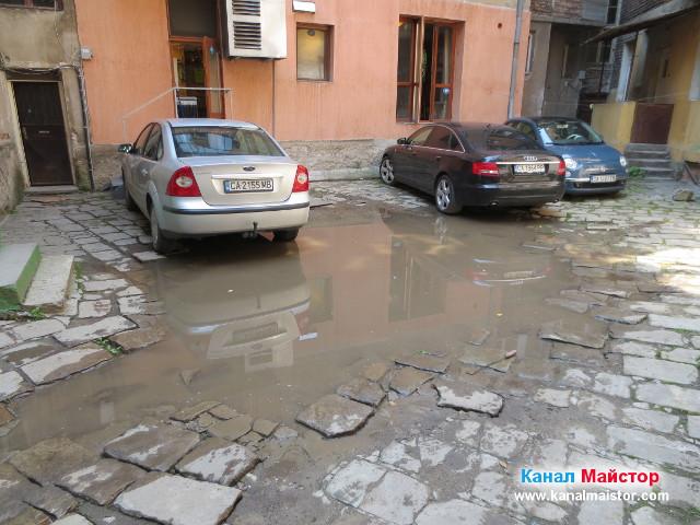 Запушеният сифон и дъждовете са причинили тази голяма локва вода, която няма къде да се оттече