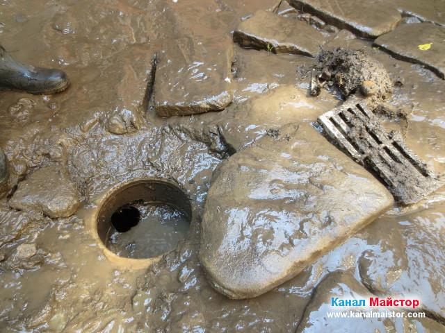 На тази снимка се вижда дъното на дворният сифон, което е пълно с кал и се налага почистването му