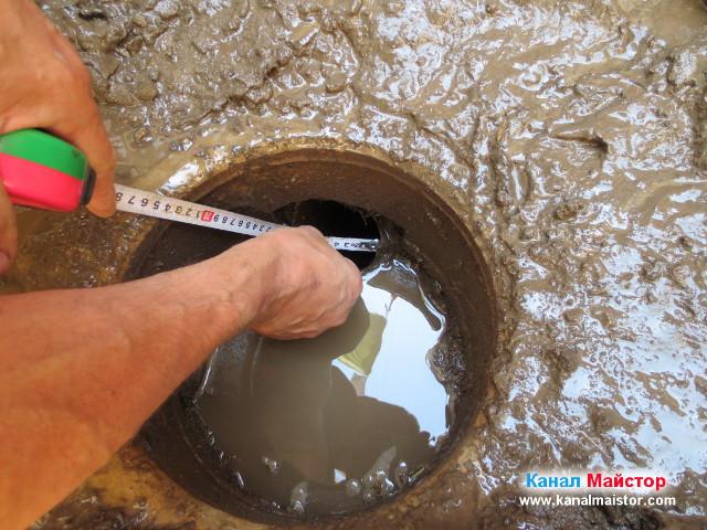 Измерване диаметъра на канализационната тръба, към която е вързан сифона