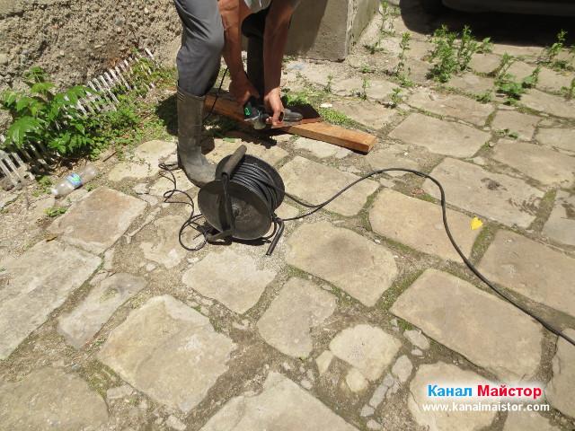 Отрязване ъгъла на ламарината, подготвяна за капак на сифона