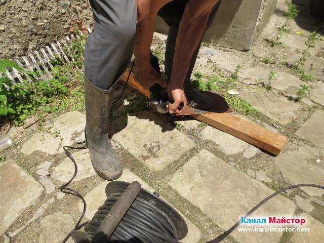 Рязане с флекса на ламарината, която подготвяме да служи като решетка за дворния сифон