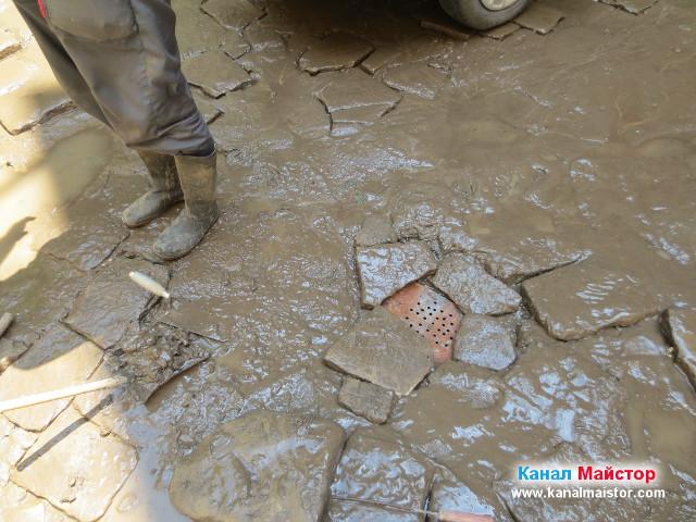 Решетката за сифона е положена и канализацията вече може да се използва, без опасност от навлизане на боклуци в нея