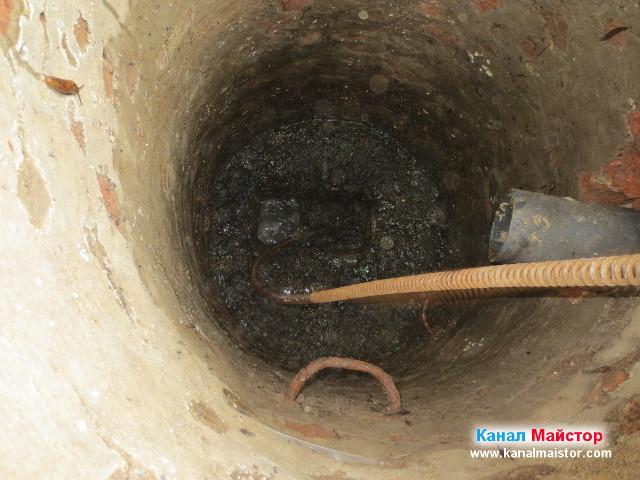Нивото на водата в шахтата спадна, след отпушване на канала