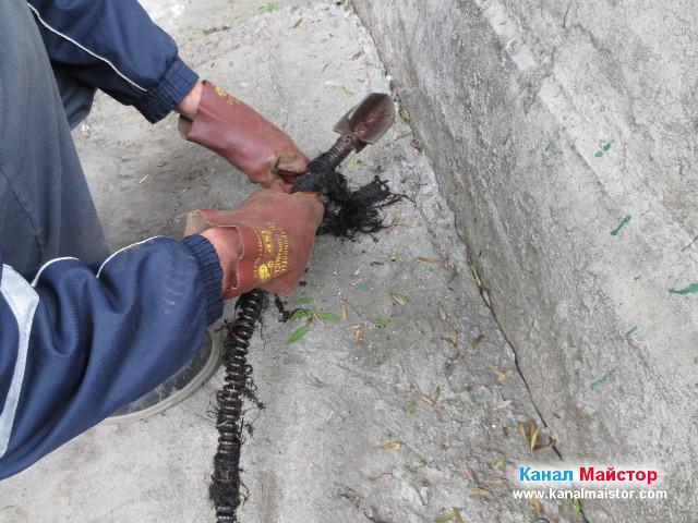 Почистване на спиралата след отпушване на канализацията
