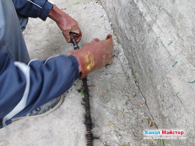 Премахване на космите усукали се около спиралата по време на разбиване на тапата причинила запушването