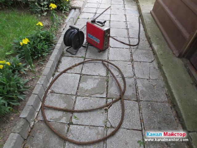 Машината за отпушване на канали и спиралите, снимани на дворната пътека, след успешното отпушване на канализацията