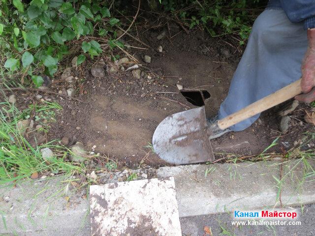 Почистване на пръстта и камъните намиращи се върху капака на шахтата