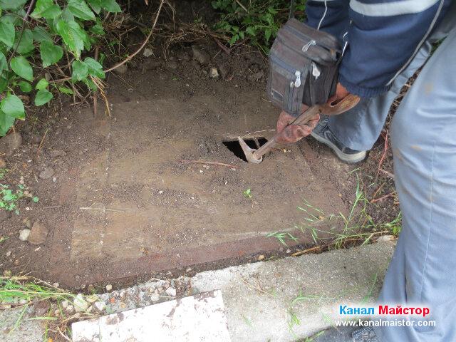 Вдигане на капака на шахтата с помощта на кирка