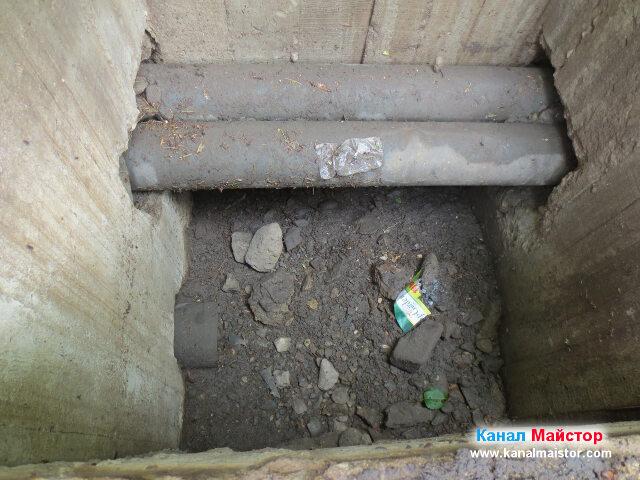 Вътре в шахтата, по нейното дъно се виждат камъни и пръст, които трябва да се почистят