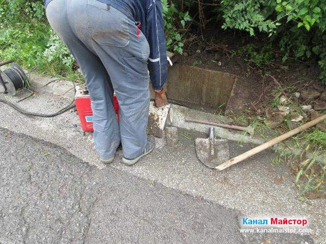 Подготовка за отпушване на канала от тази шахта към другата намираща се пред къщата