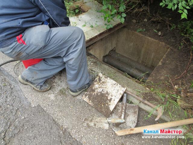 Проба за отпушване на канализацията от тази шахта