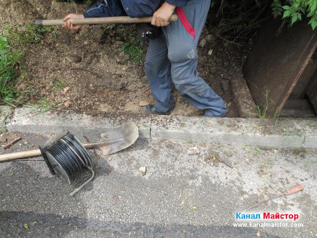 На тази снимката се вижда, че сме свалили малко нивото на изкопа