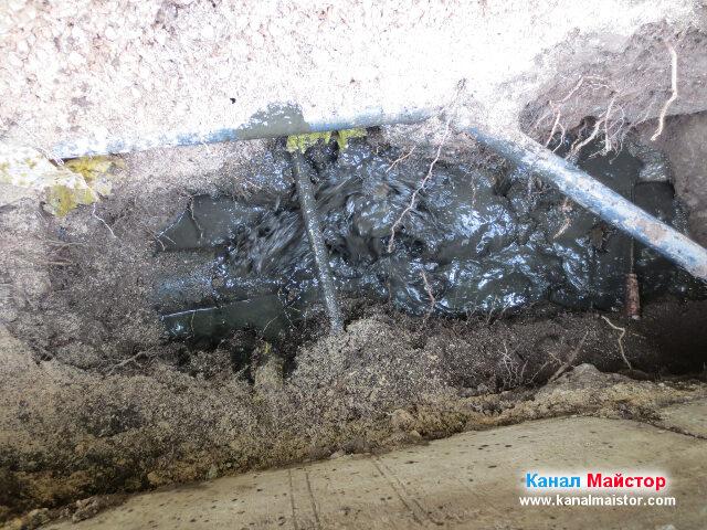 С отриването на тръбата изведнъж задържаната вода тръгна с голяма скорост да се изтича през счупената тръба и да отива в шахтата, до която копаем
