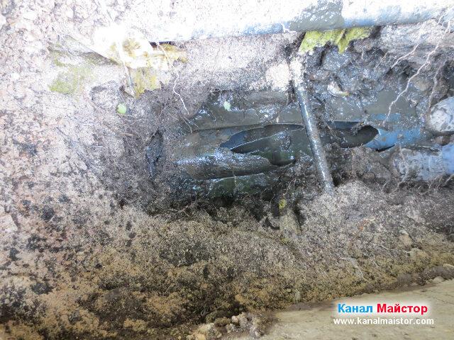 Счупената тръба, която наложи ремонт на канализацията