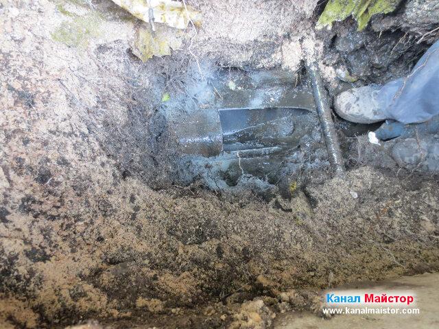 Остана още малко за изрязване от канализационната тръба