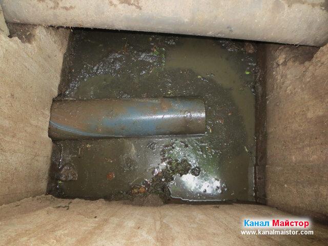 Виждате как изрязаната канализационна тръба излиза през шахтата
