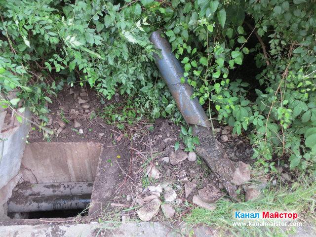 Това е изрязаната счупена канализационна тръба, наложила ремонт на канализацията