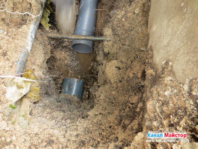 Полагане на новата канализационна тръба