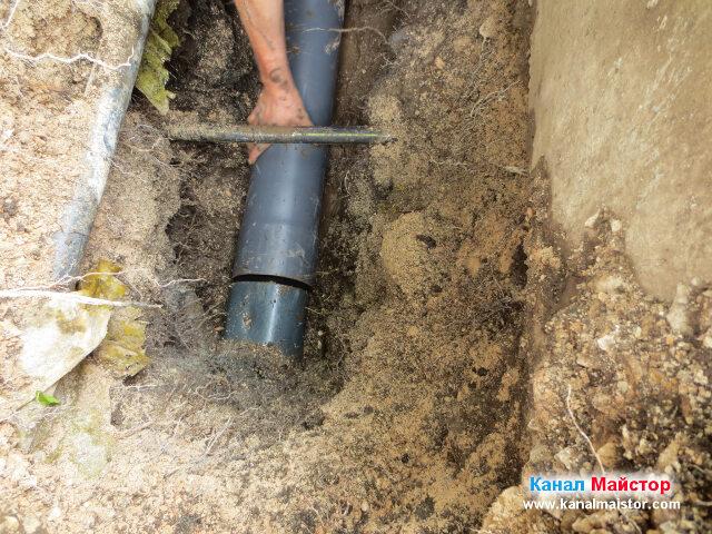 Съединяване на съществуващата канализационна тръба с новата тръба
