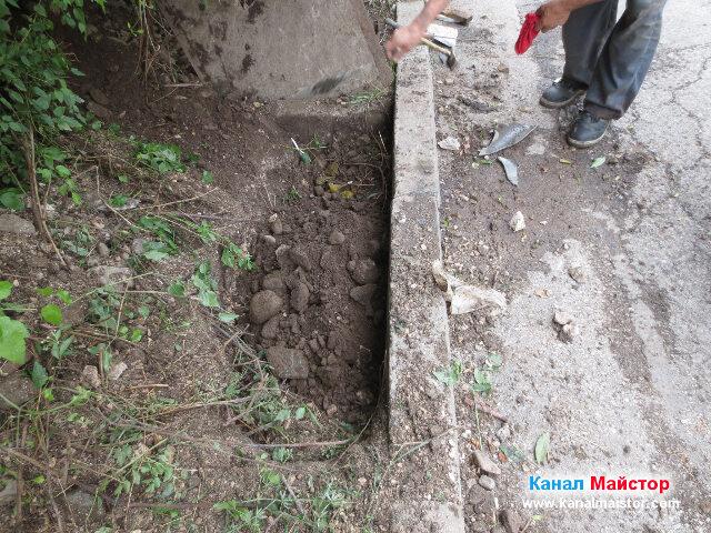 Изкопа за канализационната тръба е почти зарит