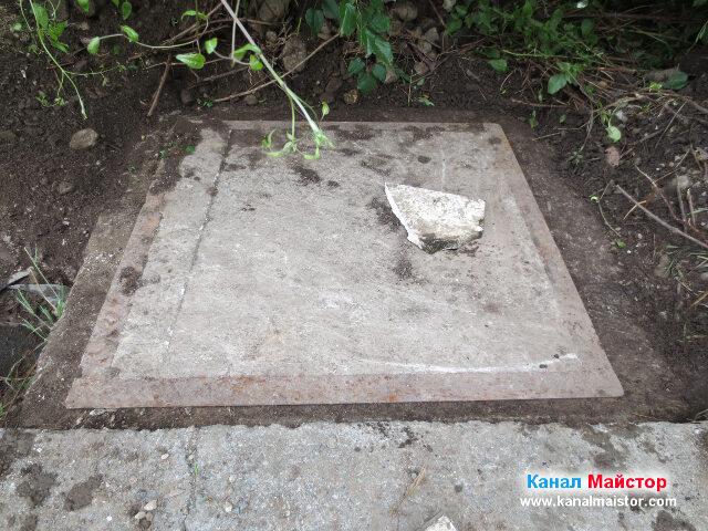 Поставяне на парче по-дебела плочка върху дупката в капака на шахтата, за да не падат пръст и камъни в шахтата и да не я задръстват