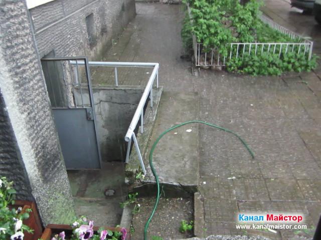 Вали силен дъжд, изгледа е към вратата на мазето