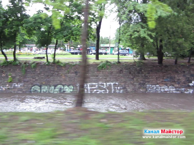 След като отпушихме запушената канализация можете да видите колко високо е нивото на Перловската река край Орлов мост поради излелият се проливен дъжд