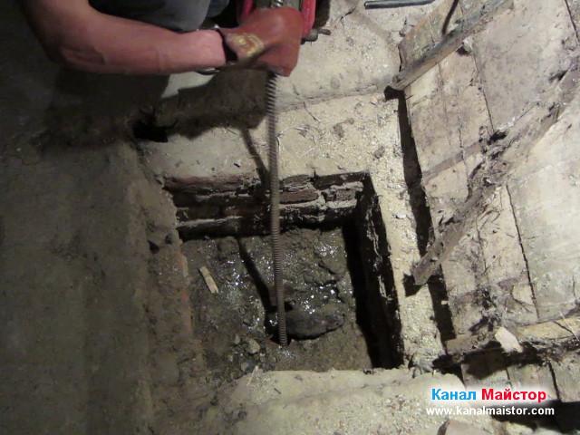 Плъх излиза от канализацията през дупката в тръбата, в шахтата