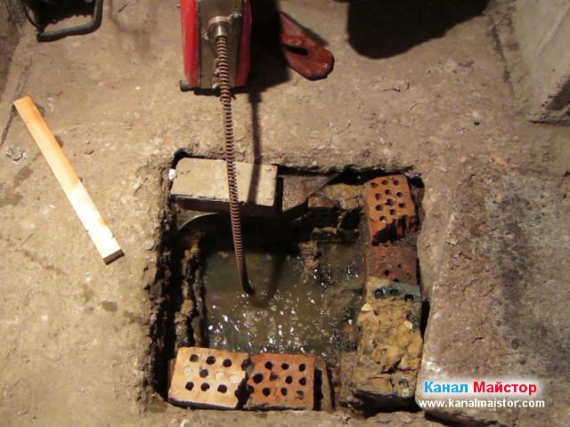 Нивото на водата в шахтата започва да спада