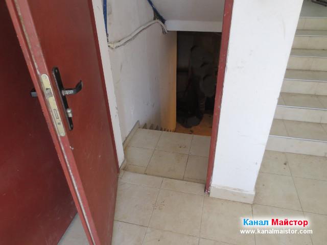 Отворената врата на мазето